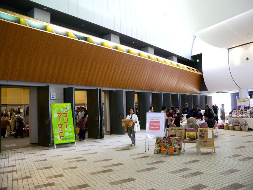 フリーマーケット開催時のエントランスロビー